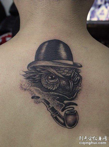 背部烟斗纹身图案