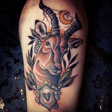 大腿上的羊头纹身图案
