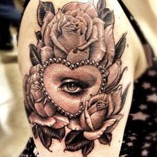大臂上的眼睛玫瑰花纹身图案