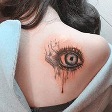 女生背部眼睛纹身图案