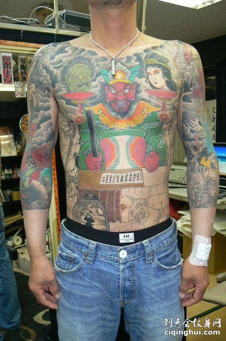 胸前称量的阎王纹身图案