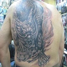 背部霸气的睚眦纹身图案