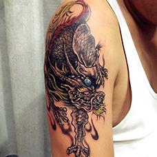 大臂帅气的睚眦纹身图案