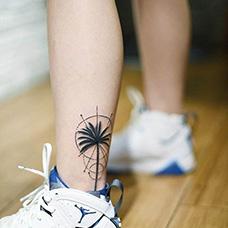 脚踝椰树几何纹身图片