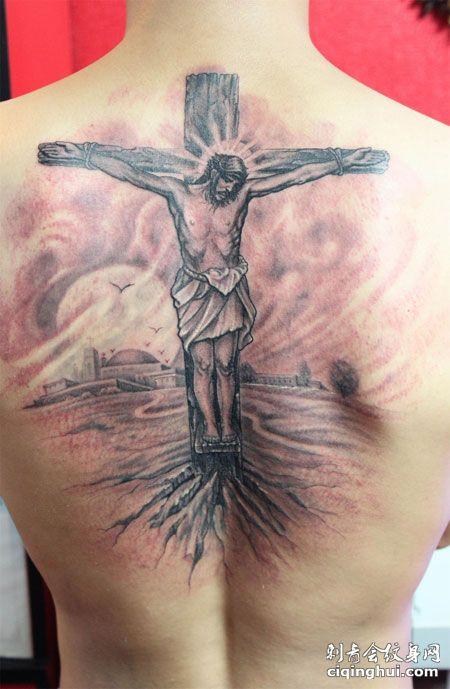 背部耶稣十字架纹身图案