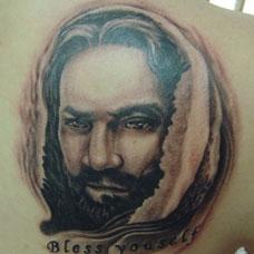 肩部耶稣基督肖像纹身图片