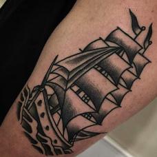 大臂帅气的一帆风顺纹身图片