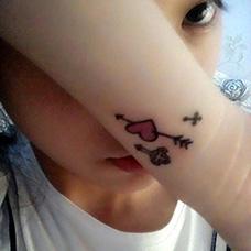 女生手腕一箭穿心纹身图案