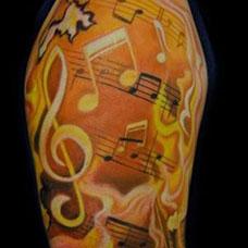 大臂上的乐谱音符纹身图案