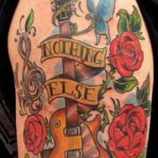 手臂吉他音符玫瑰纹身图案