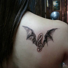 肩部音符翅膀纹身图案