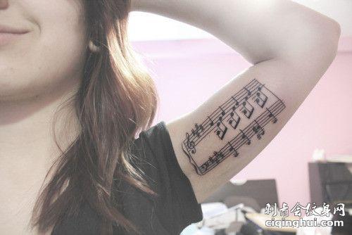 大臂内侧音符五线谱纹身图案