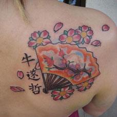 肩部樱花扇子纹身图案
