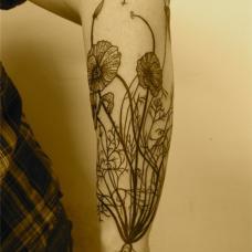 手臂黑色罂粟花纹身图片