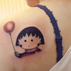 肩部樱桃小丸子拿气球纹身图片