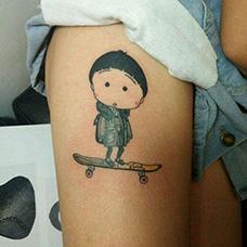女生大腿呆萌樱桃小丸子纹身图片