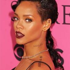 美国歌手Rihanna左肩英文纹身