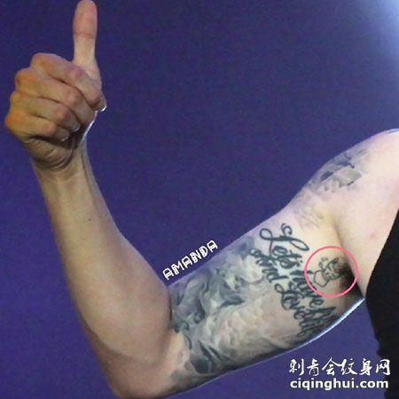 韩国人气男星苏志燮手臂字母纹身