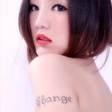 歌手陆翊左肩英文纹身图案