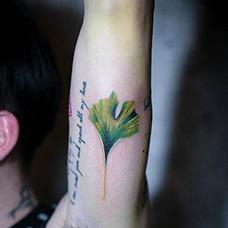 大臂绿色银杏叶纹身图片