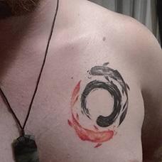胸前阴阳鱼纹身图案