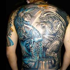 满背两只异形纹身图案