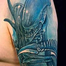 大臂蓝色异形纹身图案