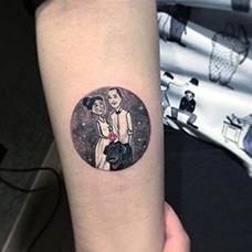 手臂夫妻圆形合影纹身图案
