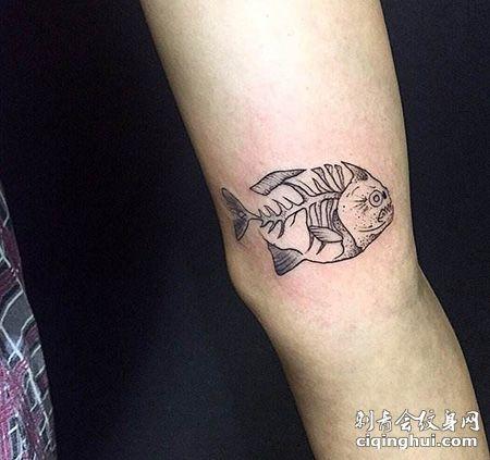 手臂个性鱼骨纹身图案