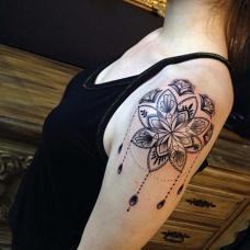 穿背心的女生大臂瑜伽纹身图片