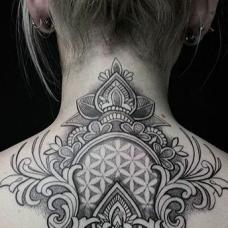 欧美女生颈部瑜伽纹身图片
