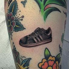 小腿黑色运动鞋纹身图案