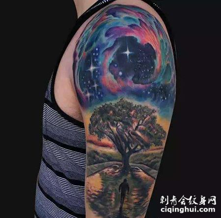 花臂宇宙和风景纹身图案