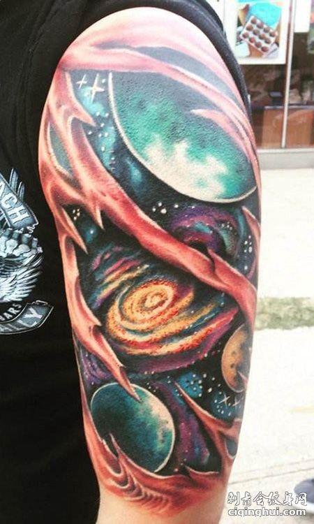 大臂宇宙纹身图案