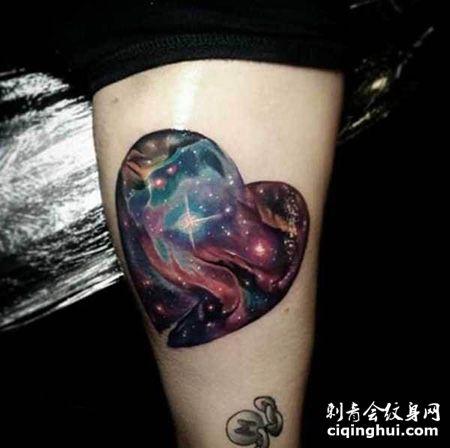 大腿心形宇宙纹身图案