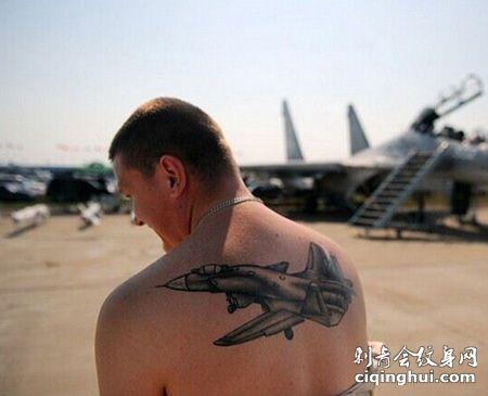 背部帅气的战斗机纹身图片