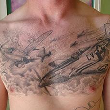 男士胸前战斗机纹身图案