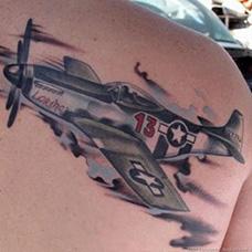 肩部帅气的战斗机纹身图片