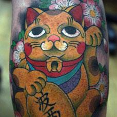 手臂彩色招财猫纹身图案