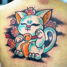 背部浅蓝色招财猫纹身图案