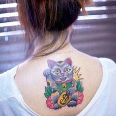 背部可爱的招财猫纹身图案