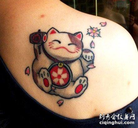 肩部可爱的招财猫纹身图案