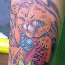 小腿上的招财猫纹身图片