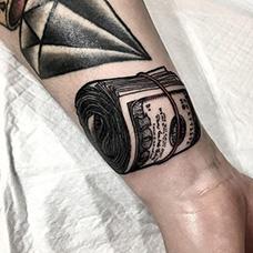 手腕一卷纸币纹身图案