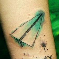 脚踝上绿色的纸飞机纹身