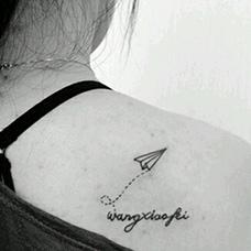 女生肩部纸飞机纹身图案