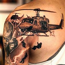 肩部直升机纹身图案