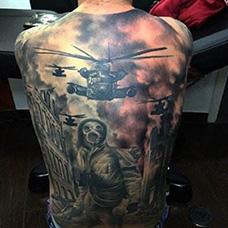 满背直升机投入战场的纹身图案