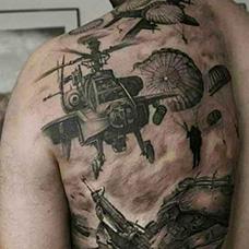 背部直升机和伞兵纹身图案