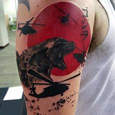 大臂帅气的直升机纹身图案